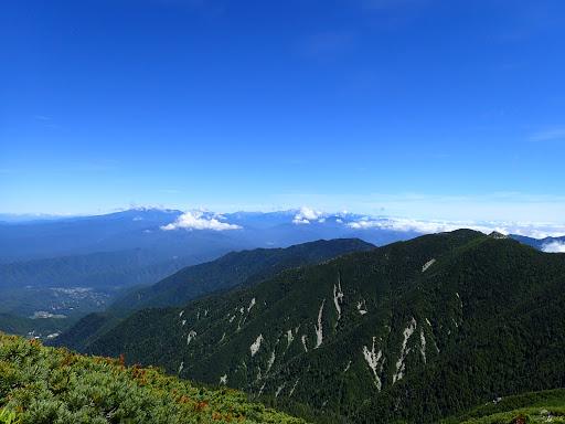 左に茶臼山(手前は行者岩)