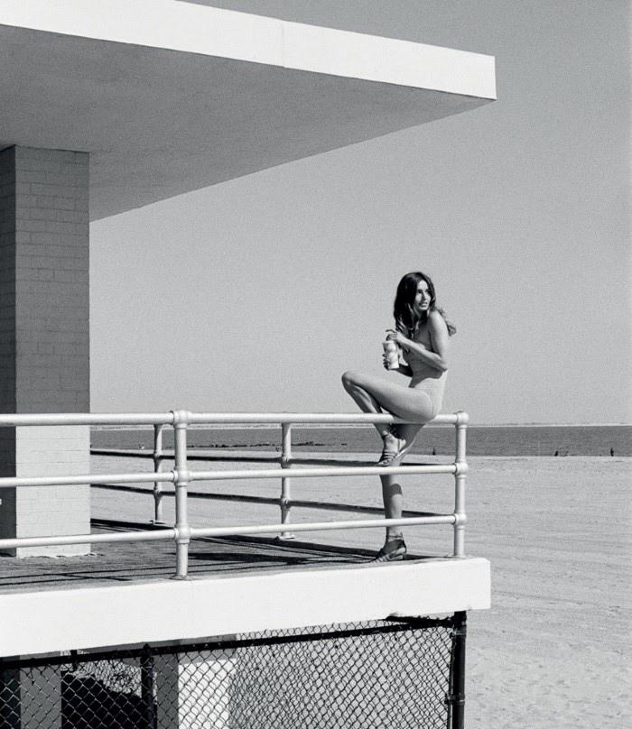 Андреа Диакону Vogue Turkey июль-2016, черно-белое, пляж
