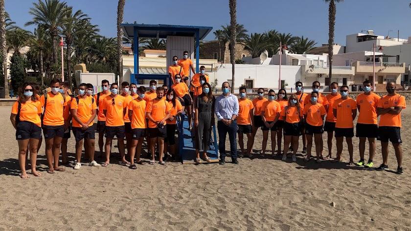 Los 33 socorristas han comenzado hoy su trabajo en las playas de Carboneras.