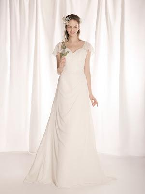 Robe de mariée fluide Fusion, en mousseline et appliques de dentelle, avec manches courtes volants amovibles, bustier au décolleté coeur et drapé asymétrique, soyeux et chic