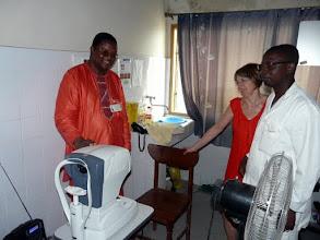 Photo: De retour à Cotonou, le docteur Barthélémy, directeur de l'hôpital Béthesda ( inauguré par le CTM en 1990 ), nous présente le matériel neuf qu'il vient de recevoir pour son service d'ophtalmologie