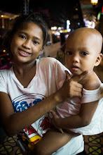 Photo: guapo pose in Philippines おねえちゃんが かわりにグアポ(いい男)ポーズをとってあげる 見事な連携