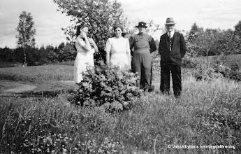 Photo: Skogstorp 1930-tal  Bilden är tagen i Önäs Flögfors fr v Edit Persson, Elin Karlsson, Matilda Larsson, Andreas Larsson trädgårdmästare