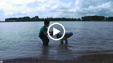 Video: baby son, warrenzh 朱楚甲, owner of warozhu.com and wozon.net, brought by his mom to seashore alone Qiqihar, where his dad, 朱子卓 lingered for more than his native hometown, central China. here he playing on the seashore with his mom's  girl friend and also her colleague, a Fu's daughter. his mom managed to arrange the event ahead of our pastime once more here as our son suggested several times previously.