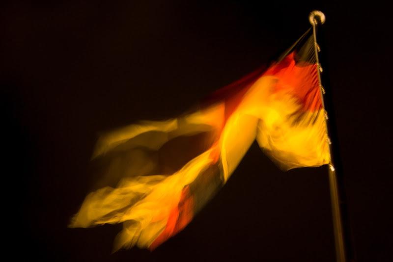 Bandiera del Bundestag al vento nel cuore della notte di marmar
