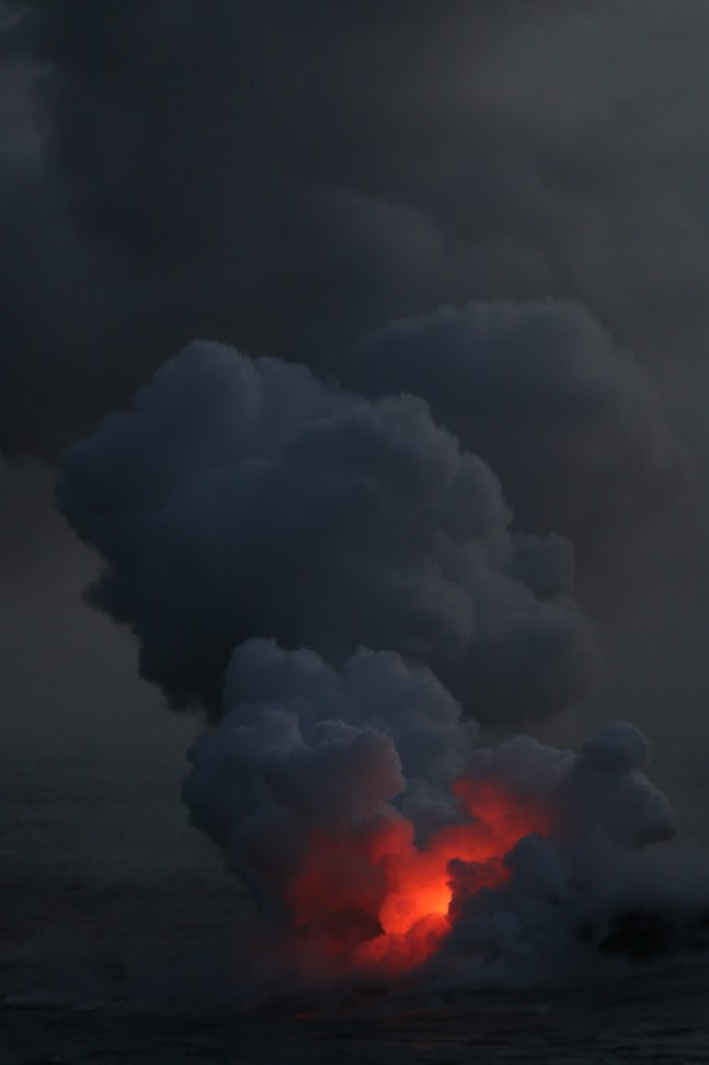 La rencontre de la lave en fusion et de la mer produit un spectacle nocturne magnifique