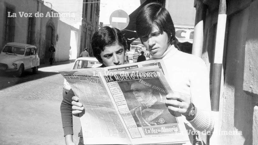Dos jóvenes en la calle García Alix, leyendo el periódico que anunciaba la muerte de Franco el 20 de noviembre de 1975.