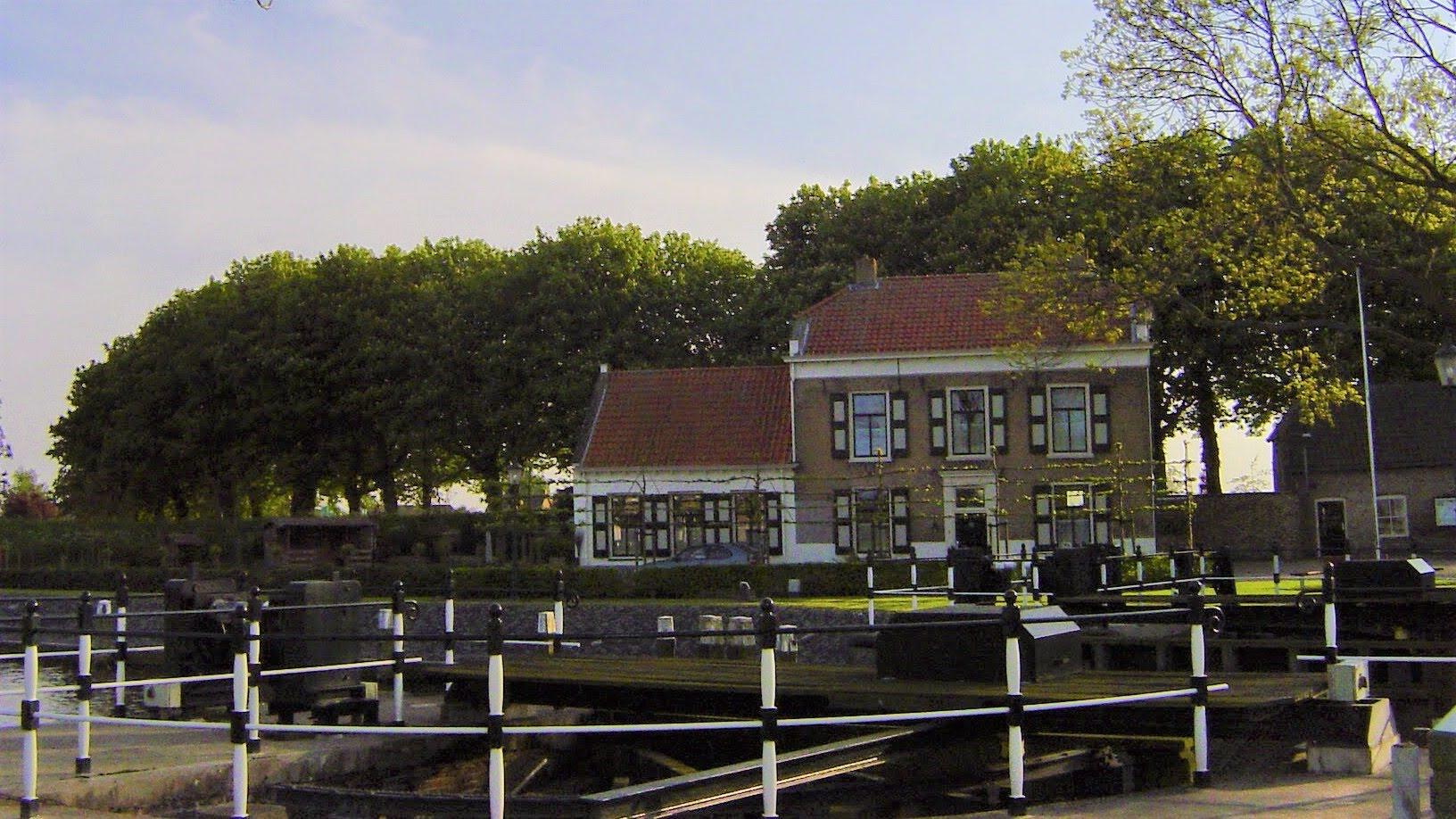 Het oude veerhuis tegenover het Bierhuis aan de sluis van Benedensas