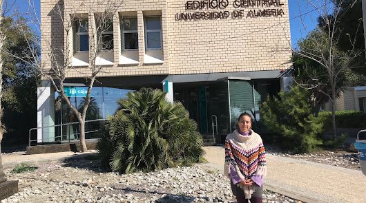 La doctora López Rivas ante el edificio central de la UAL, institución donde ejerce docencia.