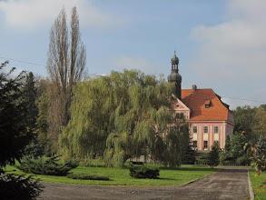 Photo: Pałac w Warmątowicach Sienkiewiczowskich. W średniowieczu znajdował się tutaj zamek bądź dwór obronny.W 1602r został przebudowany przez Wenzeslausa von Zedlitz na renesansową rezydencję.  W XVIIIw nastąpiła kolejna poważna przebudowa. W 1812r wieś wraz z pałacem kupił Ludwik Serafin von Olszewski, zgermanizowany Polak służący w pruskiej armii. Jego wnuka Alfreda, który odziedziczył majątek, tak zauroczyły powieści Sienkiewicza, że postanowił wrócić do polskich korzeni. Dzieciom nadał polskie imiona, zastrzegając w testamencie,że winny biegle władać językiem polskim, w przeciwnym razie majątek ma stać się własnością Sienkiewicza. Dzieci nie wypełniły  woli ojca, a pisarz nie przyjął spadku. Pałac trafił więc w ręce córki, Dragi. Von Olszewscy byli właścicielami majątku do II Wojny Światowej,w czasie której został zniszczony. Do lat 60-tych XXw pałac był zamieszkiwany przez przypadkowe osoby, a następnie opuszczony. Od 1995r budowla jest własnością prywatną. http://zamki.net.pl/zamki/warmatowice/warmatowice.php