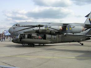 Photo: Śmigłowiec UH-60 Blackhawk (USA), na drugim planie C-17 Globemaster