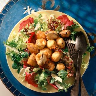 Gemüse-Parmesan-Würfel auf Salatbett