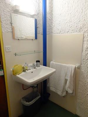 La Tourette - wnętrze celi - część umywalkowa