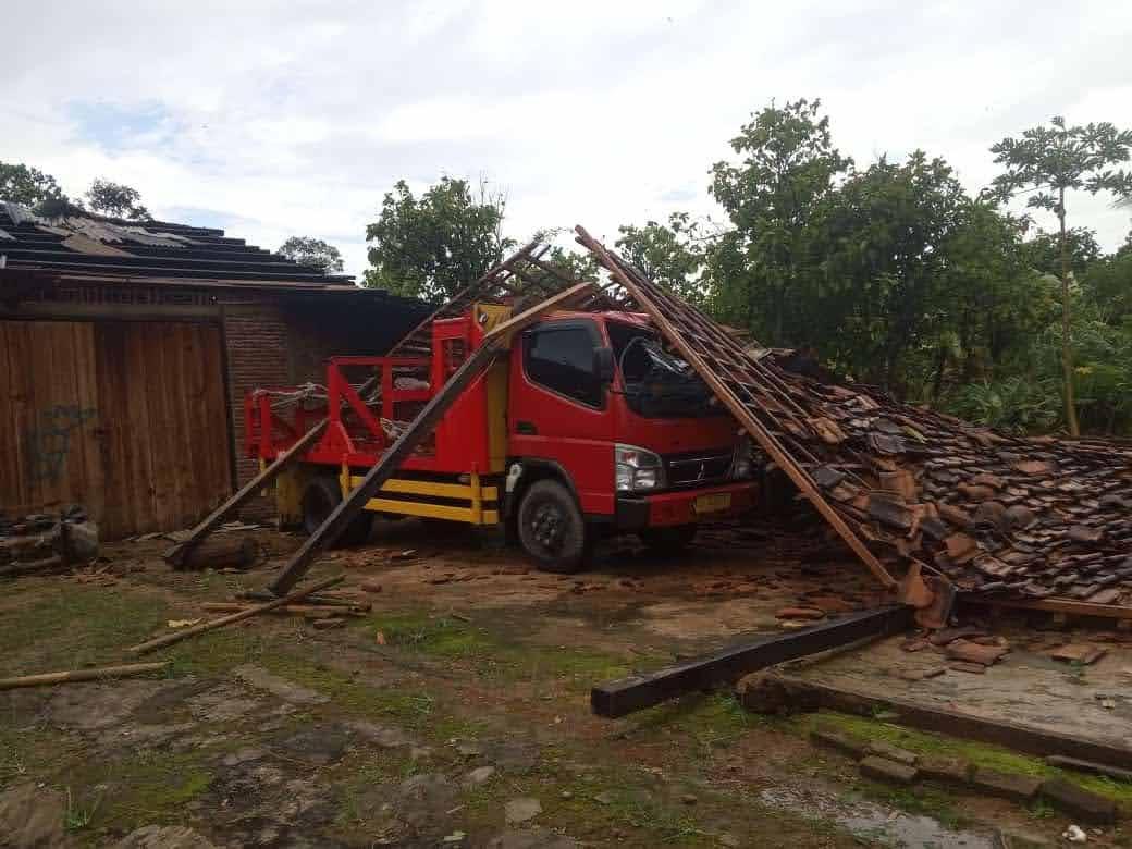 Porak Poranda Rumah Warga Pekon Srikaton Diduga Akibat Angin Kencang Puting Beliung