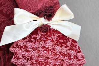 Photo: Vestido Rococó em brocado vinho com corset embutido, com detalhes em aviamentos, rendas e laços cor vinho e creme. A partir de R$ 600,00.  Importante: O vestido foi confeccionado para outro tamanho de paniers um pouco menor. Por isso a saia fica curta nas laterais.