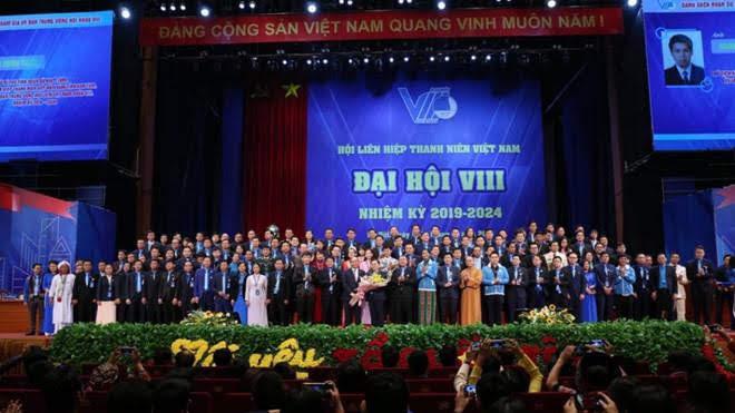 Thủ tướng Nguyễn Xuân Phúc tặng hoa chúc mừng Đại hội Hội LHTN Việt Nam khóa VIII