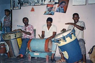 Photo: Les tambours de la société de Tumba francesa de Santiago - Danse yuba - 1998? © Daniel Chatelain