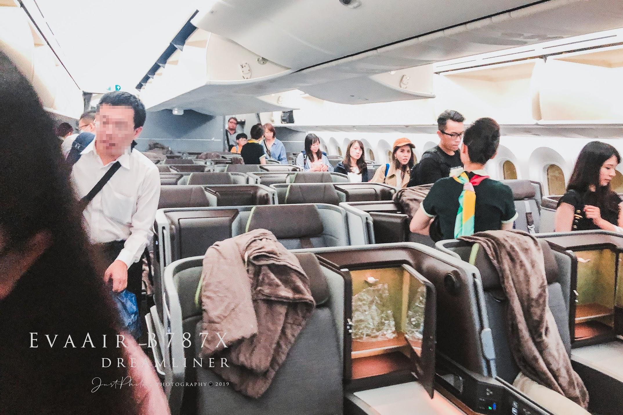 抵達桃園機場下飛機前因為有開放前方的商務艙機門,趁機拍了一下商務艙的配置,只能說B787的商務艙看起來昔當舒適。