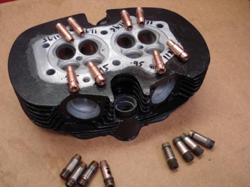 Guides de soupapes d'un moteur Rickmann monté par machines et Moteurs dans un cadre Norton