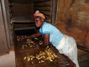 Photo: refroidies, les extrémités des tranches trop cuites seront coupées et récupérées par les enfants du quartier