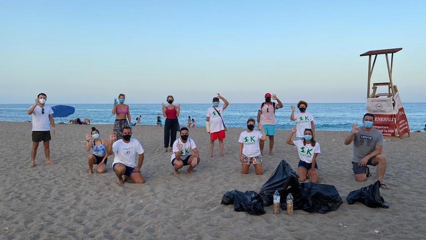 Voluntarios y miembros de la asociación tras la recogida en la playa del Lance Nuevo.