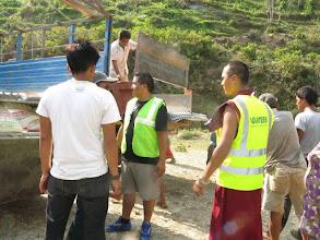 Photo: Voluntarios de la Fundació Casa del Tibet  descargando láminas de metal para los afectados en la aldea de Khalte, distrito de Dhading.