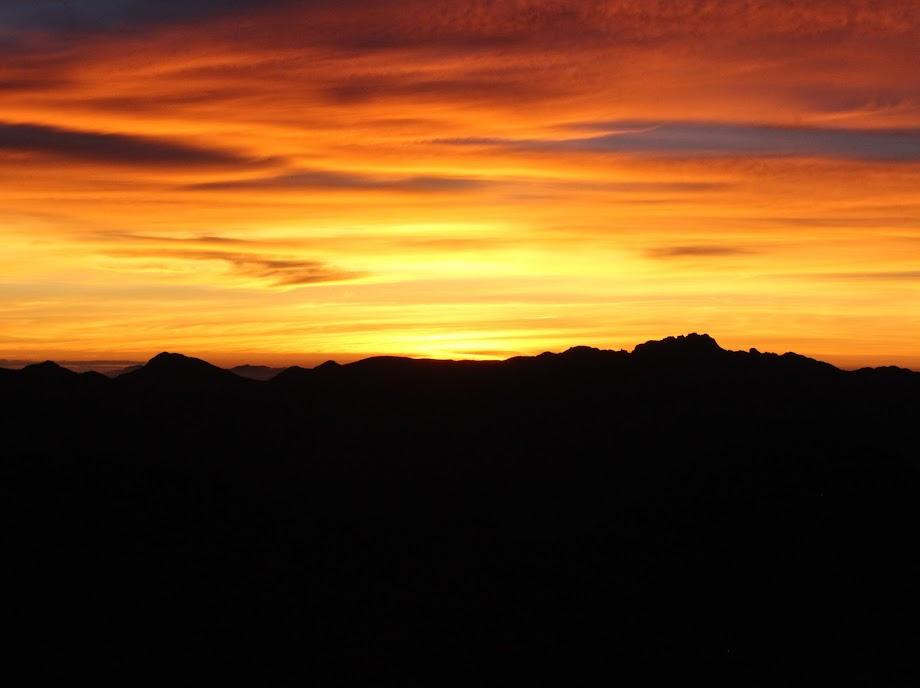 Nascer do sol com Pico das Agulhas Negras que é o ponto mais alto à direita da foto