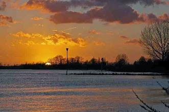 Photo: Nederland De Lek bij ondergaande zon  Bron: www.picturesofholland.nl  .