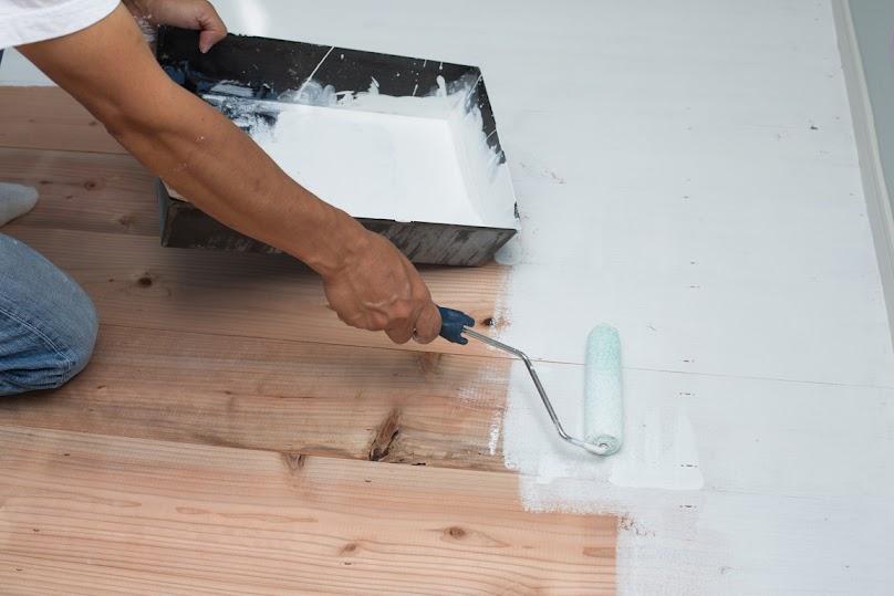 Podłogę drewnianą można łatwo odnowić