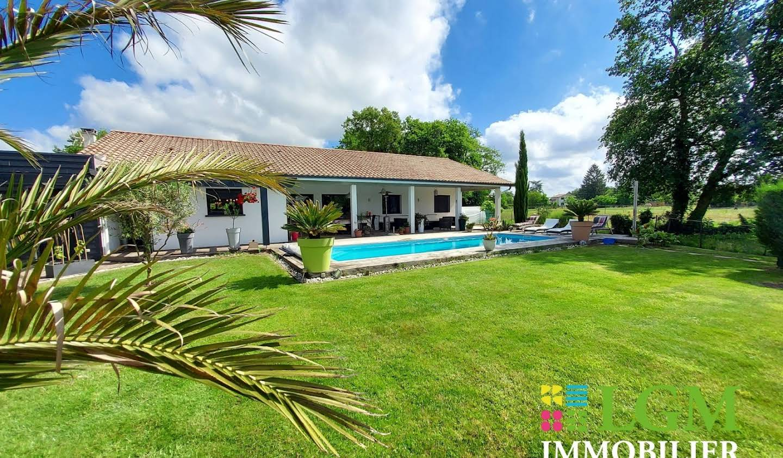 Villa avec piscine et terrasse Tosse
