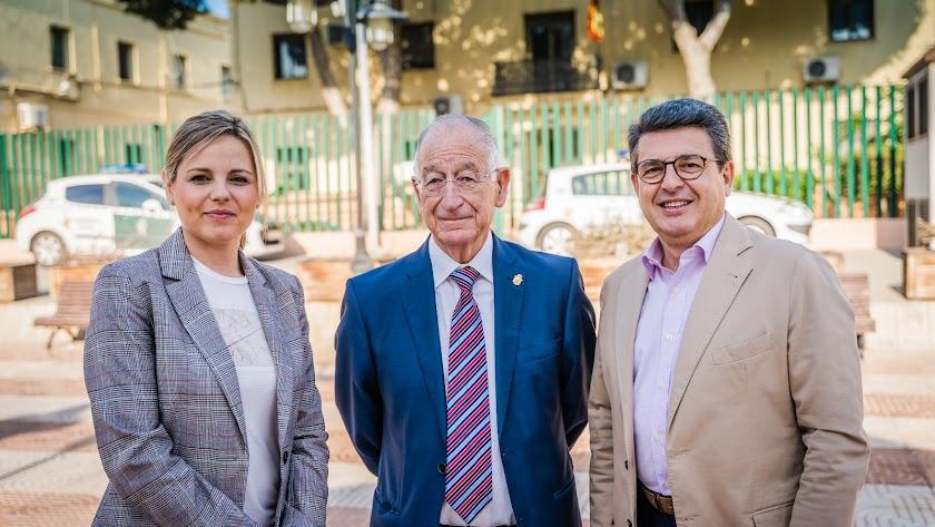 Rocío Sánchez, Gabriel Amat y Juanjo Matarí ante las instalaciones del Cuartel de la Guardia Civil.