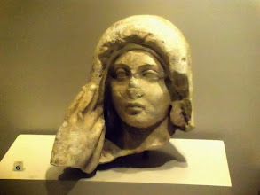 Photo: Woman's head, limestone, Roman .......... Vrouwenhoofd, kalksteen, Romeins