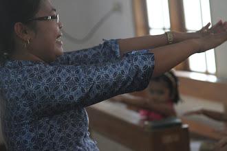 Photo: Mokytoja vedė ritmingus ir visus vaikus įtraukiančius šokius.  The teacher was showing the moves and singing songs with the kids.