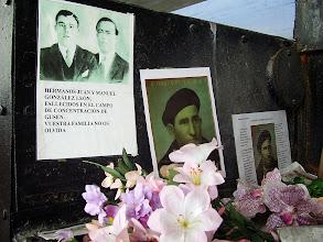Photo: Fotografía de los hermanos González Léon, y de otros españoles, en la parte exterior del horno crematorio de Gusen