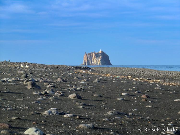 Isola di Strombolicchio vom Strand des Stromboli aus gesehen