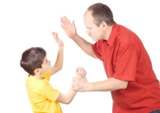 Làm gì khi con cãi tay đôi với cha mẹ