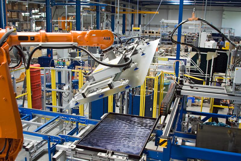 Photo: Robotertechnik in der Solarproduktion