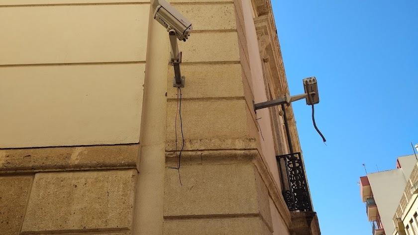 Cámaras de seguridad con los cables arrancados en el Archivo Histórico Municipal.