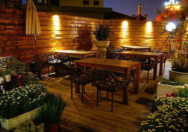 外國人也愛的浪漫庭院晚餐! 微醺小酌吃肋排啃雞翅 高雄美術館餐廳推薦-5號後院Le patio cafe