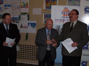 Photo: Mihai Miltiade Nenoiu primeste, de la presedintele Mihai Miron, premiul pentru presa scrisa acordat craioveanului Romulus Turbatu (editor coordonator al revistei LAMURA), care nu a fost prezent la festivitate