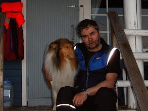 Photo: Isäntä ja koira väsyneinä illan rauhassa.