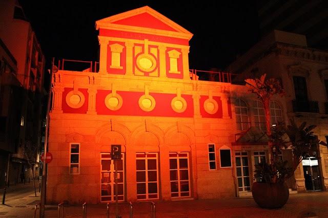 El Teatro Apolo iluminado.