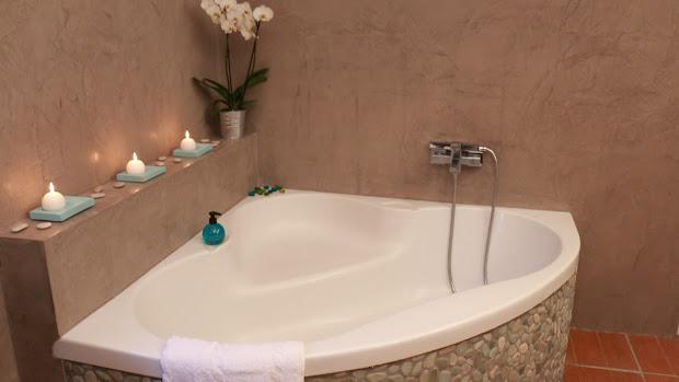 les-betons-de-clara-applicateurs-specialistes-revetement-sol-beton-cire-loiret-45-gien-jargeau-montargis-orleans-pithiviers-malesherbes-salle-de-bain-beton-cire-resiste-a-leau