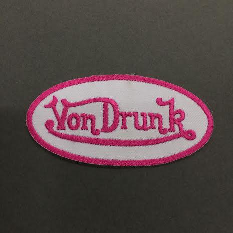 Von Drunk - Vit/Rosa Logo - Tygmärke