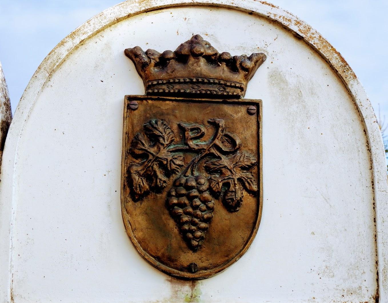 Bozsok - Millenniumi Emlékmű a templomkertben