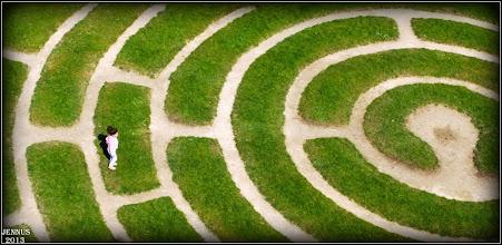 Photo: Die Lebenswege gleichen oft einem Labyrinth - dann verlassen wir die uns vertrauten Pfade
