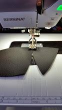 Photo: vast zigziggen van de ondercupdelen. (zigzag 6 breed bij 1,5 lengte. Ik gebruik hier Bernina voet 10D, de smalle kantvoet) zigzagging of the lowercup parts. (zigzag 6 x 1,5 length, I use the Bernina foot 10D, this one is easy for sewing padding)