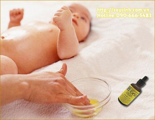 massage cho bé chống đầy hơi, táo bón