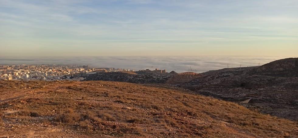 La imagen captada por Antonio Martínez desde el paraje de La Peseta muestra la belleza de una Almería misteriosa entre la niebla