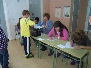 Photo: Els alumnes de 3r cicle voten els seus representants al Consell Escolar